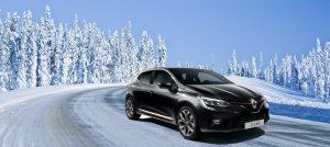 Clio schwarz mit Winterhintergrund